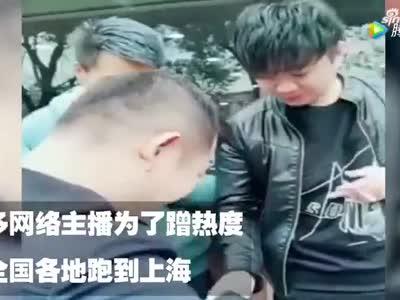 流浪大师沈巍剪头发刮胡子补办身份证:准备开始新生活