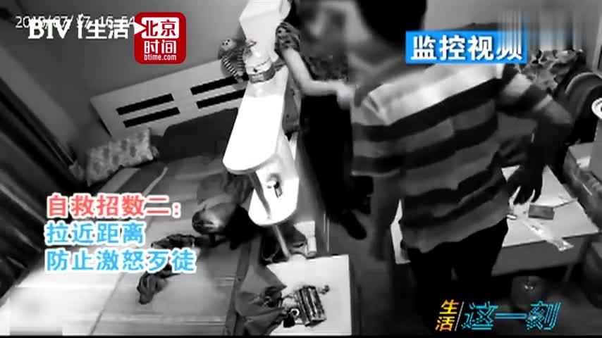 视频-女孩遇入室抢劫教科书式自救 歹徒:我看她挺