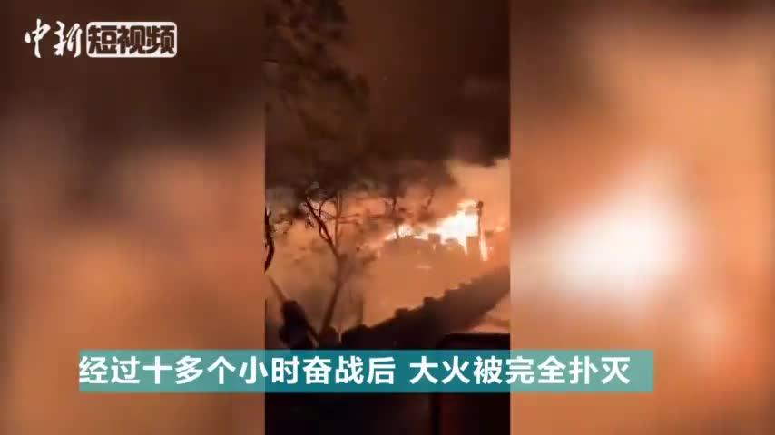 视频:彻夜救火十几个小时 消防员吃包子补充体力