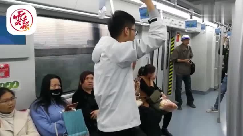 视频-为克服紧张口吃 学生在昆明地铁上大声演讲