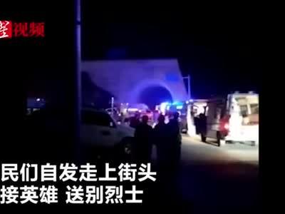 视频:四川西昌市民深夜自发走上街头 送别火灾遇难烈士