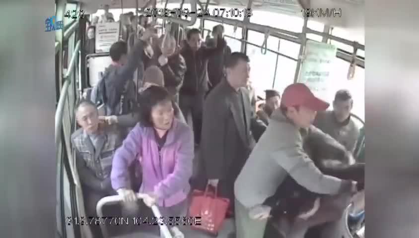 视频-男子嫌公交开得慢拉拽司机致车祸:全车人摔成