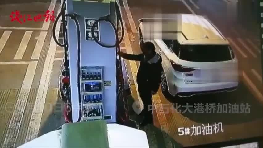 视频|女子身缠胶带身染血迹加油站跳车求救:叔叔救