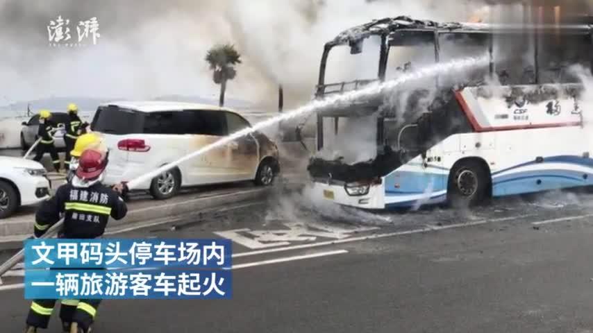 视频-乘客携带的香火未燃尽 大巴车厢被烧穿
