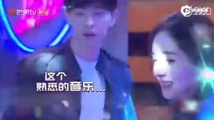 视频:杨幂爆笑还原尹正钢管舞 清新脱俗舞姿动人