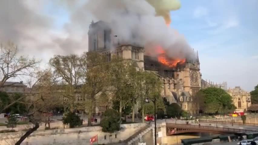 视频-巴黎圣母院发生火灾 现场浓烟冲天