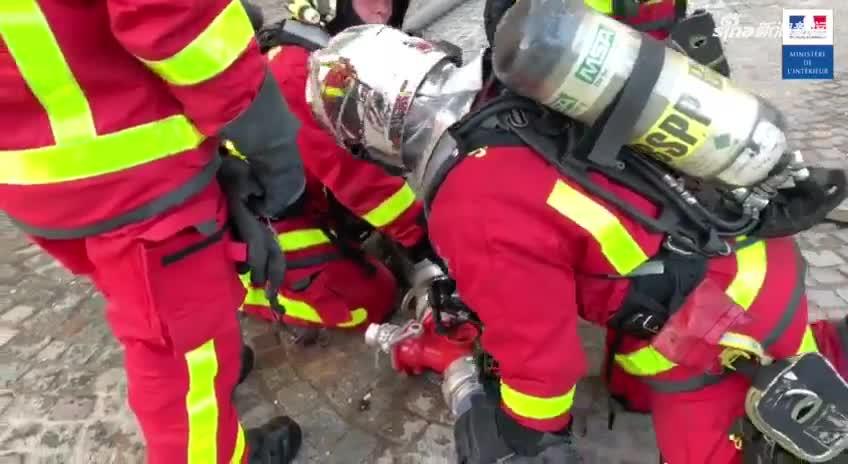 视频-巴黎圣母院救火现场曝光 航拍屋顶火势猛烈