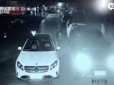 """""""公安局长""""打人?男子占用车位被暴打"""
