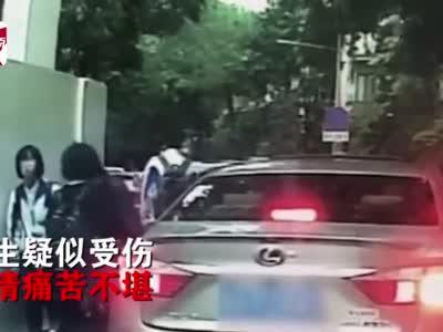 气愤!小车开门撞倒女学生,司机一句道歉都没有就直接开走