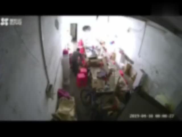 视频|男子家暴妻子抱摔女儿: 不是第一次动手 写