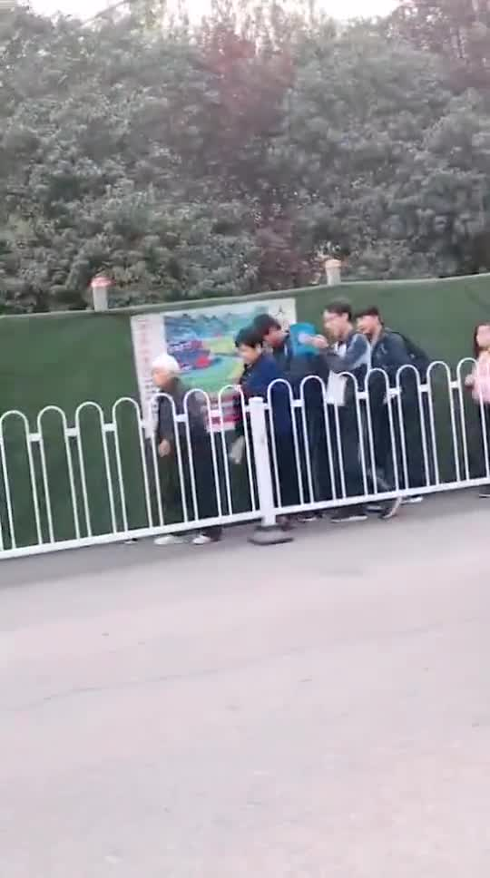 视频:一群温柔的人!老奶奶走路慢吞吞 身后一队人