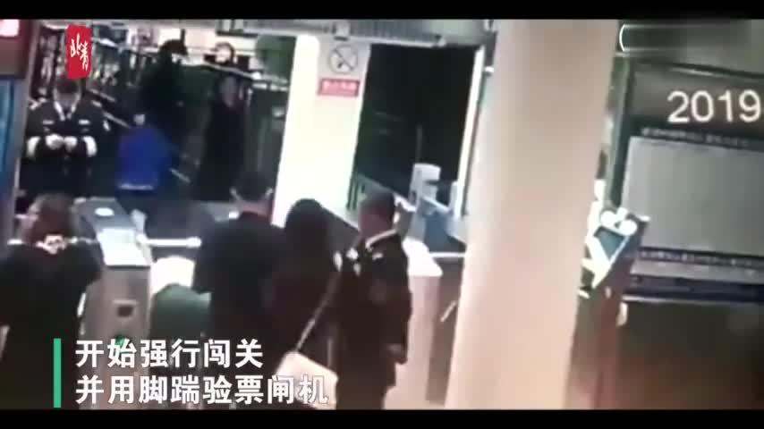 视频:女子酒后大闹鼓浪屿码头还袭警 因妨碍公务被