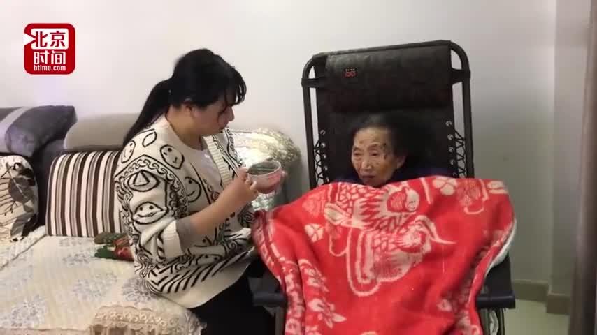 """视频-养孙女辞职照顾瘫痪奶奶 每天""""公主抱""""十几"""