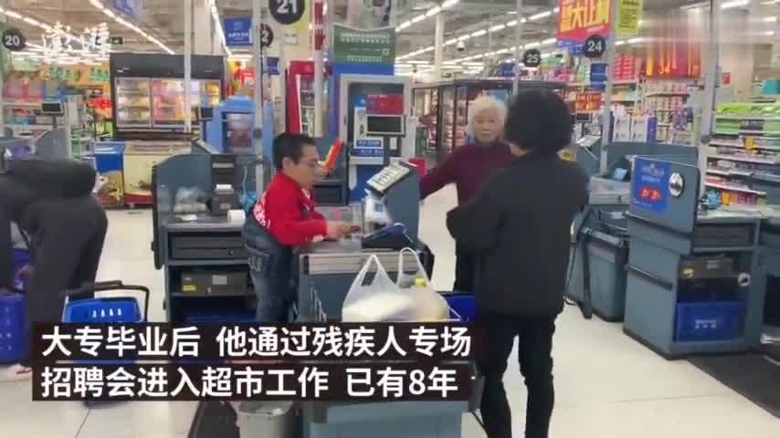 视频-超市男服务员身高一米 踩板凳收银8年