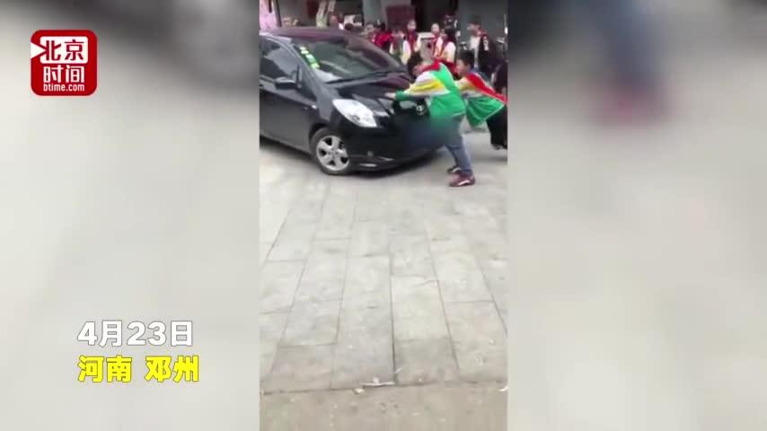 视频:这是有多急?经过学校不顾学生阻拦 轿车顶着