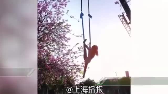 视频:拍照新方式!硬核大妈被吊车吊起与紫荆花合影