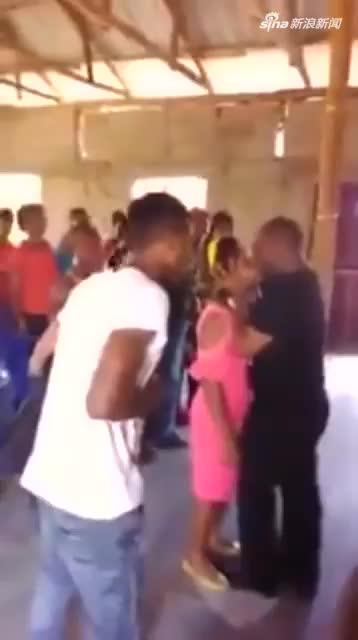 """视频-津巴布韦牧师当众亲吻女子为其""""驱魔""""引起愤"""