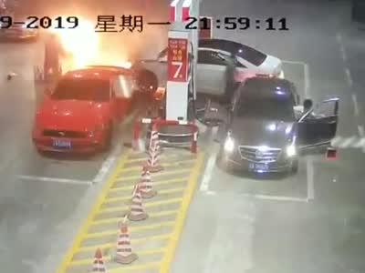 失控车辆撞倒加油机起火
