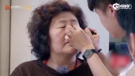 """视频:钟丽缇婆婆贴双眼皮 上演""""真香现场"""""""
