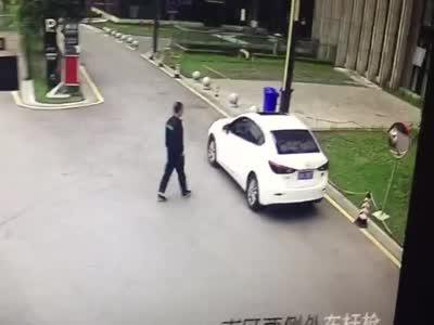 下车后不熄火不锁门 旁观者趁机偷走挎包
