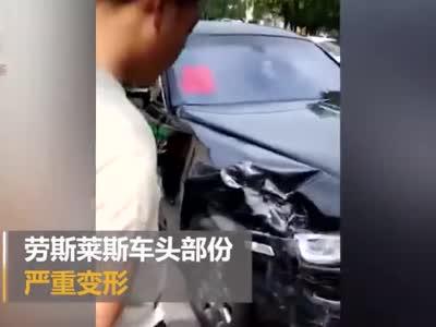 突发!四川一劳斯莱斯婚车与一小车相撞 损失严重