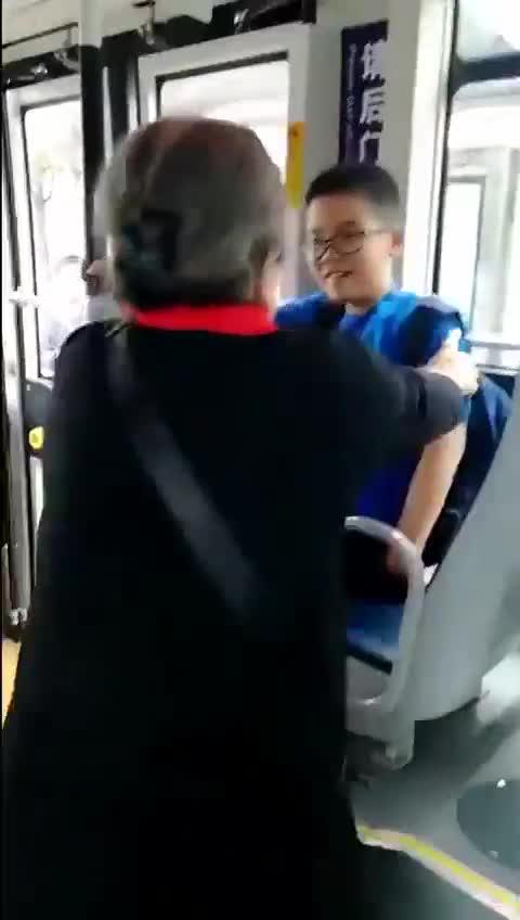 """视频-83岁""""容嬷嬷""""坐公交 小男孩好心让座却被"""