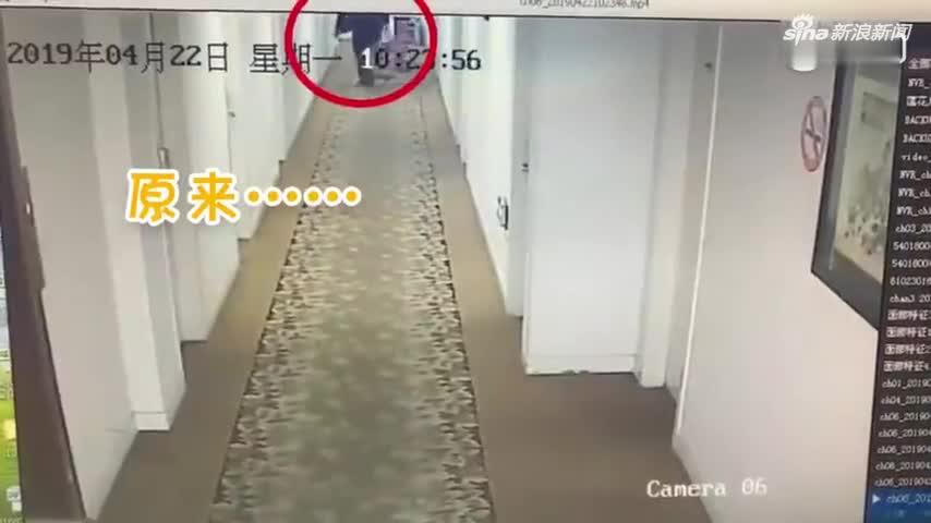 视频-令人窒息的操作!男子住宾馆将电视打包走