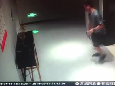 反诈民警10天捣毁8个诈骗窝点 电梯口失去意识头撞墙累倒在地