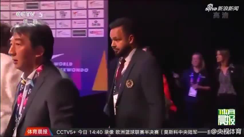 视频-中国跆拳道选手遭争议判罚失金 领奖时倒地痛