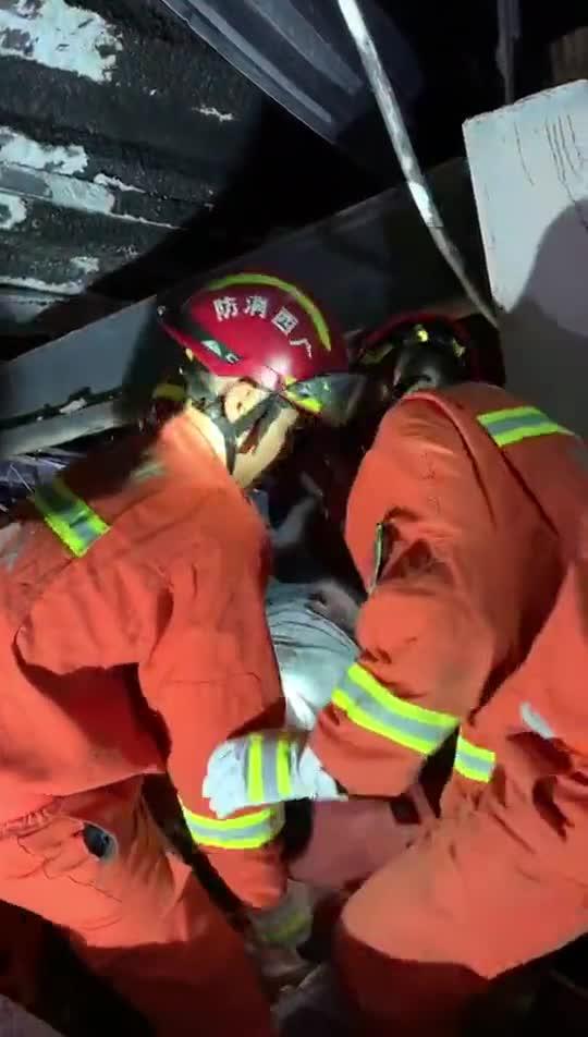 视频-广西百色一酒吧发生坍塌 救援紧张进行中