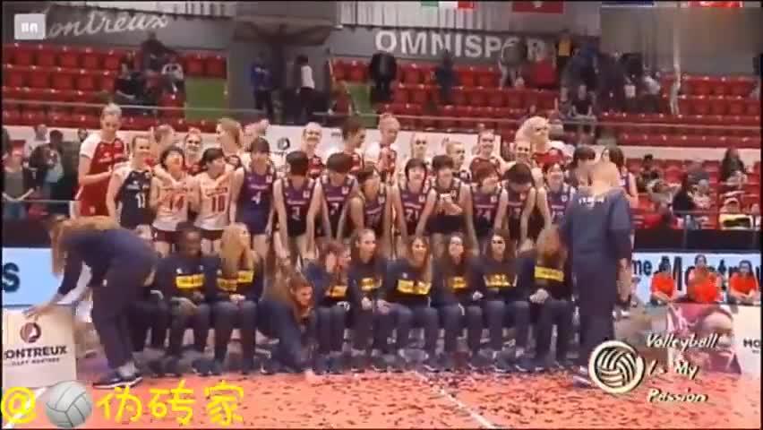 视频-女排精英赛颁奖仪式上 领奖台被坐塌