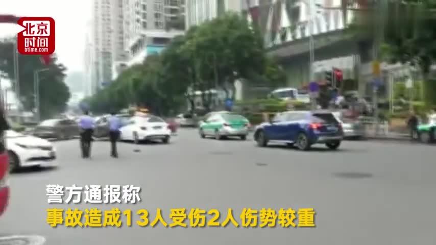 视频-奔驰等红灯时突然蹿出撞伤13人 肇事者穿松