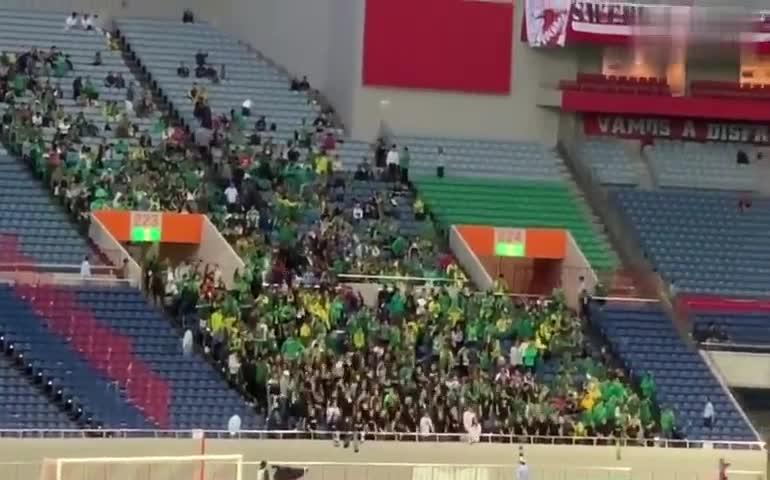 视频:北京国安球迷在客场应援 日本球迷表示敬意