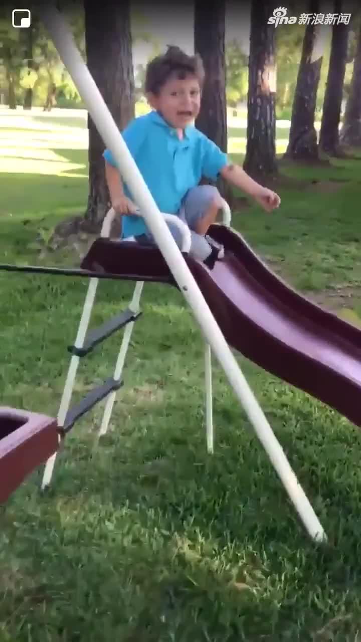 视频:小男孩被青蛙吓哭 随后妈妈一个举动让他彻底