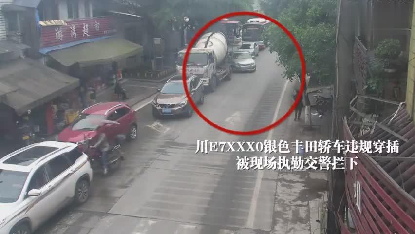 视频-刑拘!女子一把推倒执勤交警 险被货车碾压