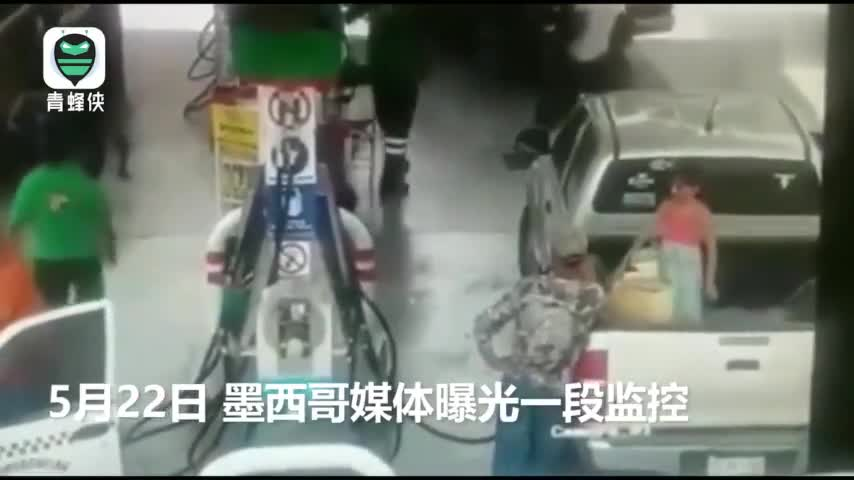 """视频:7岁女孩衣物静电起火 父亲抽出加油管时""""引"""
