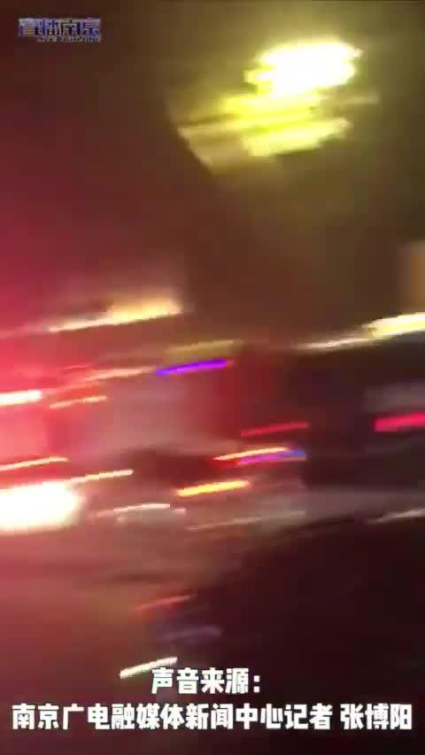 南京新街口金鷹A座失火警車消防車趕往現場