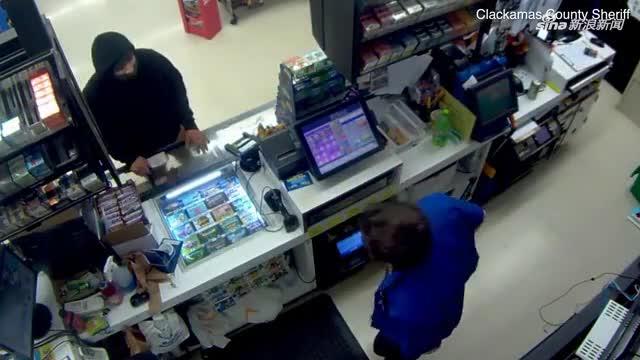 视频:男子拿斧头去打劫 不料收银员淡定掏出枪