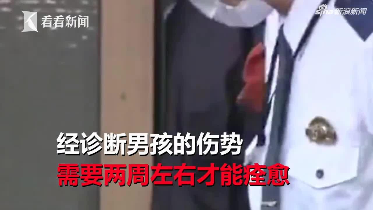 视频-7岁男孩遭父亲家暴独自报警 满身伤痕邻居震