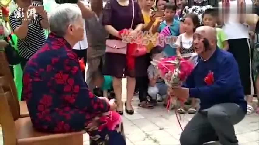 视频-敬老院65岁大爷跪地求婚娶72岁大娘 :嫁