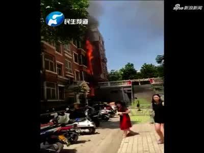 突发!郑州一居民楼着火,从一楼烧到顶层!