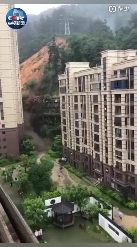 视频:大暴雨袭来  福建三明市一小区背后发生山体