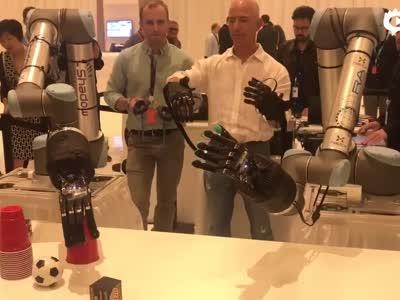 贝索斯试玩巨大的机器人手
