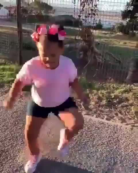 视频:6岁女孩魔性舞蹈爆红网络 表情动作十分到位