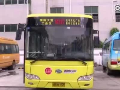 视频-男子带煤气罐乘公交被拒 叫嚣