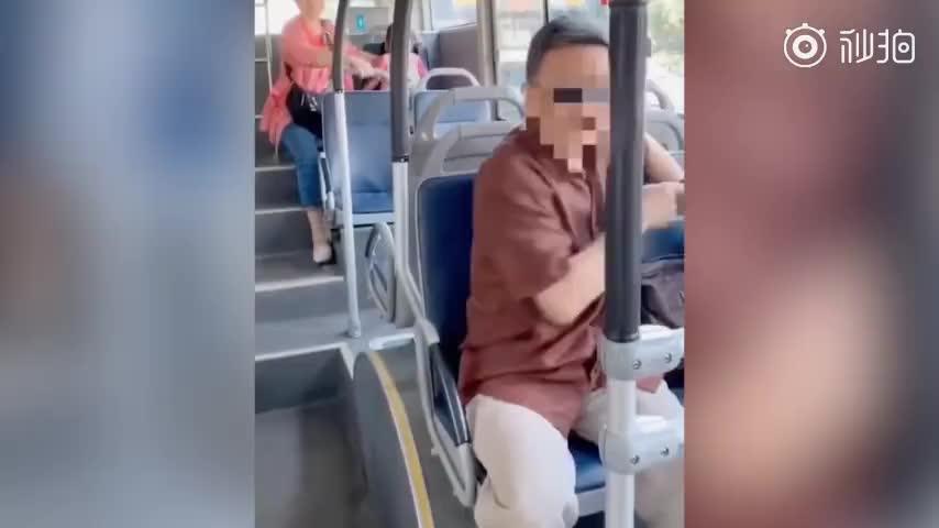 视频-老人带马桶让孩子公交上大便 乘客制止遭怼: