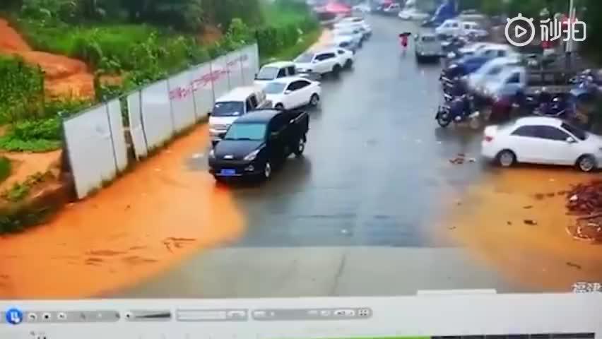 视频-连日强降雨致龙岩山体滑坡 两排汽车瞬间被泥