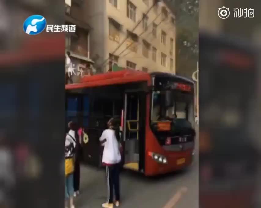 视频:公寓突发起火居民被困 司机开来公交车帮助逃