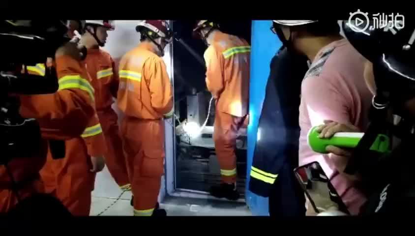 视频-宜宾珙县地震造成两人被困电梯 被消防员救出