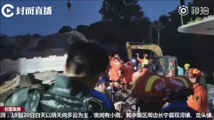 视频:四川宜宾地震7岁男孩确认遇难 父亲失声痛哭